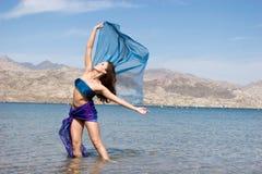 Mujer joven hermosa por la playa Foto de archivo libre de regalías