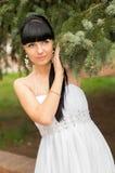 Mujer joven hermosa, presentando dulce en el jardín Fotos de archivo libres de regalías