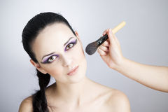 Mujer joven hermosa profesional del maquillaje y del peinado fotografía de archivo