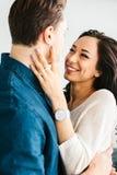 Mujer joven hermosa que abraza con un hombre y una sonrisa Cuidado, confiabilidad, amor y relaciones estrechas entre la gente Imagen de archivo libre de regalías