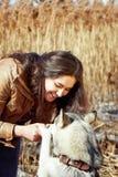 Mujer joven hermosa que abraza un perro fornido Comparativo Fotografía de archivo libre de regalías