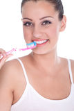 Mujer joven hermosa que aplica sus dientes con brocha Fotografía de archivo