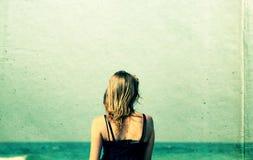 Mujer joven hermosa que camina en la playa Foto de archivo