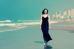 Mujer joven hermosa que camina en la playa Imagen de archivo