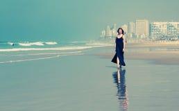 Mujer joven hermosa que camina en la playa Foto de archivo libre de regalías