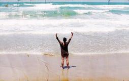 Mujer joven hermosa que camina en la playa Imagenes de archivo