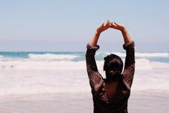 Mujer joven hermosa que camina en la playa Imagen de archivo libre de regalías