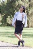 Mujer joven hermosa que camina solamente en el parque Foto de archivo libre de regalías