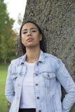 Mujer joven hermosa que camina solamente en el parque Imagenes de archivo