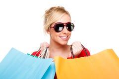 Mujer joven hermosa que celebra compras Fotografía de archivo libre de regalías