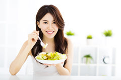 Mujer joven hermosa que come la comida sana Imagenes de archivo