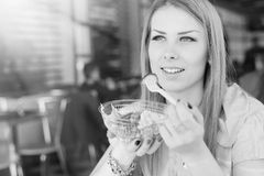 Mujer joven hermosa que come la ensalada en restaurante Foto de archivo