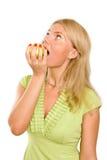 Mujer joven hermosa que come una manzana verde. Fotos de archivo