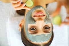 Mujer joven hermosa que consigue un tratamiento de la cara en el salón de belleza Piel y cuidado Mujer hermosa que miente con la  Foto de archivo libre de regalías