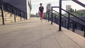 Mujer joven hermosa que corre la cámara lenta al aire libre