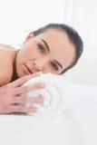 Mujer joven hermosa que descansa en el balneario de la belleza imagen de archivo