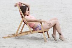 Mujer joven hermosa que disfruta de día de verano Fotos de archivo libres de regalías