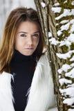 Mujer joven hermosa que disfruta de invierno Imagenes de archivo