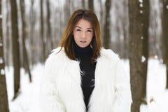Mujer joven hermosa que disfruta de invierno Imagen de archivo libre de regalías