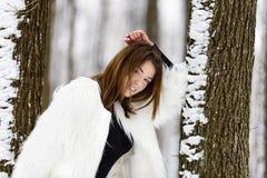 Mujer joven hermosa que disfruta de invierno Fotos de archivo libres de regalías