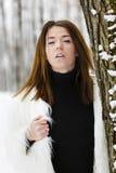 Mujer joven hermosa que disfruta de invierno Foto de archivo libre de regalías