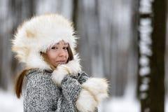 Mujer joven hermosa que disfruta de invierno Fotos de archivo