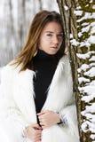 Mujer joven hermosa que disfruta de invierno Fotografía de archivo libre de regalías