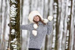 Mujer joven hermosa que disfruta de invierno Imágenes de archivo libres de regalías