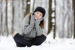 Mujer joven hermosa que disfruta de invierno Foto de archivo
