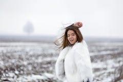 Mujer joven hermosa que disfruta de invierno Imagen de archivo