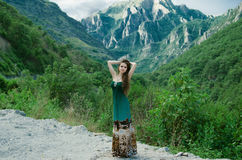 Mujer joven hermosa que disfruta de la naturaleza de la opinión del valle alrededor del mou Imagen de archivo