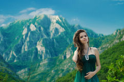 Mujer joven hermosa que disfruta de la naturaleza de la opinión del valle sobre la montaña Fotos de archivo