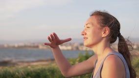 Mujer joven hermosa que disfruta de la vista del mar metrajes