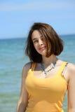 Mujer joven hermosa que disfruta de sus vacaciones de verano Imagenes de archivo
