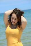 Mujer joven hermosa que disfruta de sus vacaciones de verano Fotos de archivo libres de regalías
