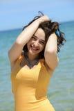 Mujer joven hermosa que disfruta de sus vacaciones de verano Imágenes de archivo libres de regalías