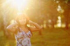 Mujer joven hermosa que disfruta de un día asoleado Foto de archivo