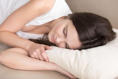 Mujer joven hermosa que duerme en la almohada cómoda ortopédica, Imagen de archivo libre de regalías