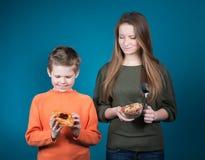 Mujer joven hermosa que elige entre los cereales y los pasteles. Pérdida de peso. foto de archivo libre de regalías