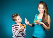 Mujer joven hermosa que elige entre los cereales y los pasteles. Pérdida de peso. fotografía de archivo libre de regalías
