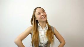 Mujer joven hermosa que gana la lotería, éxito en la bolsa de acción Gesto de la admiración almacen de video