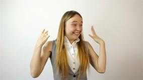 Mujer joven hermosa que gana la lotería, éxito en la bolsa de acción Gesto de la admiración metrajes