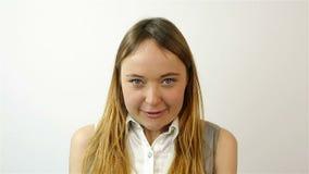 Mujer joven hermosa que gana la lotería, éxito en la bolsa de acción Gesto de la admiración Primer metrajes