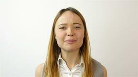 Mujer joven hermosa que gana la lotería, éxito en la bolsa de acción Gesto de la admiración Primer almacen de metraje de vídeo