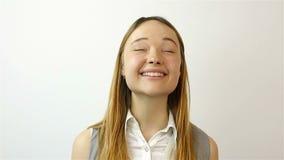 Mujer joven hermosa que gana la lotería, éxito en la bolsa de acción Gesto de la admiración Primer almacen de video