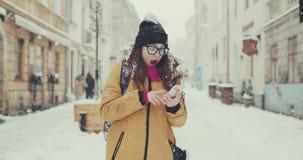 Mujer joven hermosa que gana la lotería, éxito en la bolsa de acción En un fondo que cae de la nieve blanca metrajes
