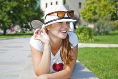 Mujer joven hermosa que guiña y que sonríe Imagenes de archivo