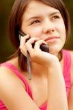 Mujer joven hermosa que habla en el teléfono celular Foto de archivo