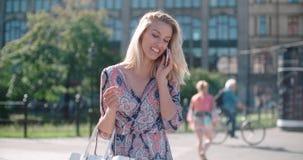 Mujer joven hermosa que habla en el teléfono durante día soleado Foto de archivo libre de regalías