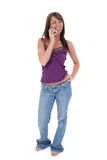 Mujer joven hermosa que habla en el teléfono celular Fotos de archivo libres de regalías